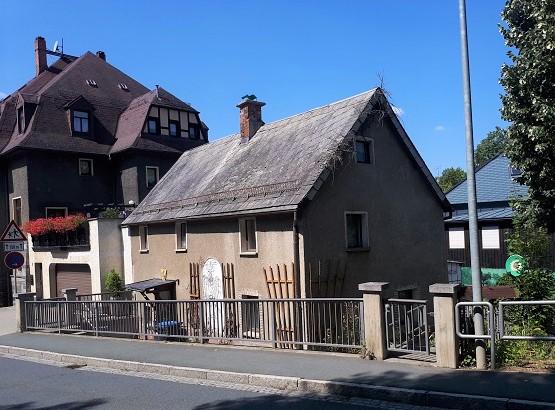 Leerstehendes Einfamilienhaus mit Terrasse unterhalb des Schlosses Voigtsberg