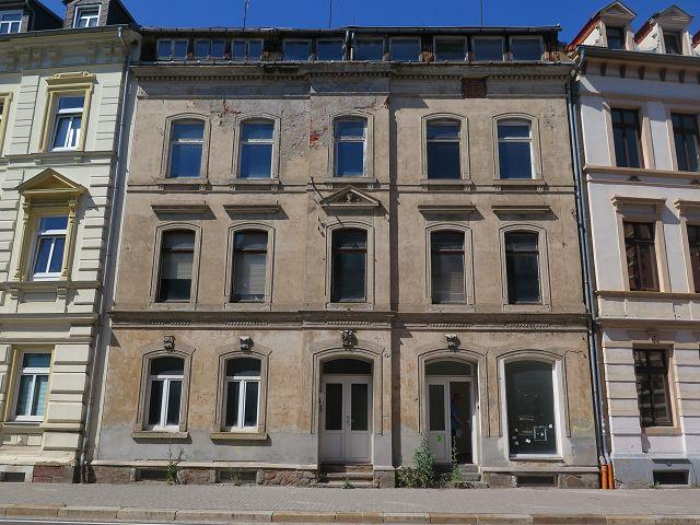 Leerstehendes Wohn- und Geschäftshaus etwa 400 m westlich der Innenstadt **Lage zwischen Dresden & Chemnitz**