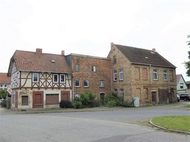 Leerstehendes Mehrfamilienhaus in zentraler Ortslage