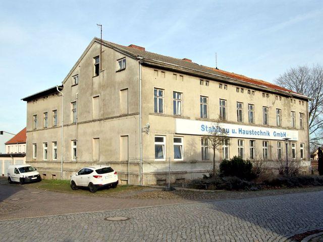 Leerstehendes ehemaliges Bürogebäude mit Anbauten zwischen Rostock & Greifswald etwa 45 km von der Ostsee entfernt