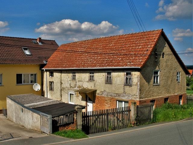 Leerstehendes Einfamilienhaus in zentraler Ortslage am Dorfteich