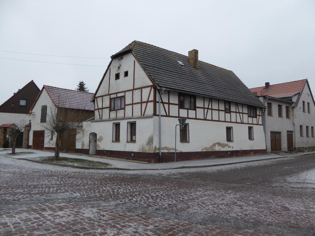 Denkmalgeschützter ehemaliger Bauernhof etwa 16 km nördlich der Altstadt von Halle (Saale) entfernt