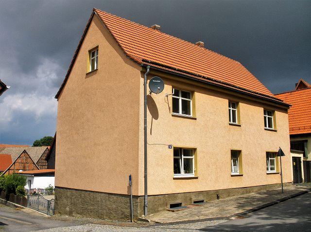 Teilweise vermietetes Zweifamilienhaus mit Doppelgarage **Jahresnettokaltmiete ca. 2.400 Euro**