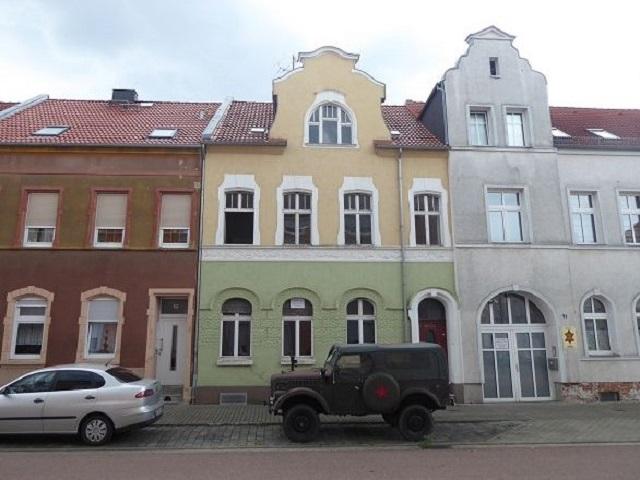 Leerstehendes Reihenmittelhaus mit Nebengelass etwa 12 km westlich von Dessau-Roßlau