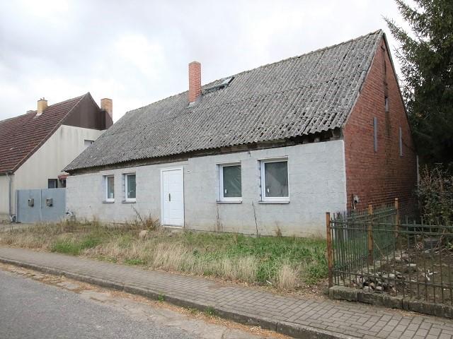 Leerstehendes Wohnhaus mit kleiner Hoffläche in der Uckermark