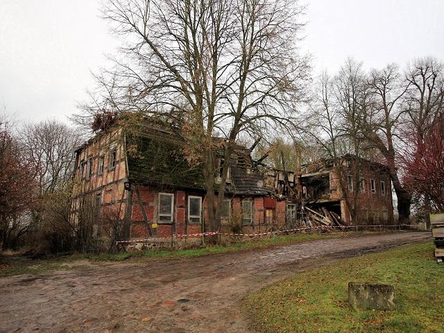 Historische Gutshausruine mit ehemaligem Park im Landkreis Mecklenburgische Seenplatte ** Grundstücksgröße 16.604 m² **