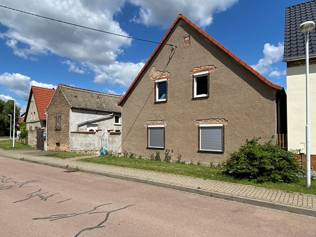 Leerstehendes Wohnhaus mit Nebengebäude in einem Ortsteil von Weißenfels