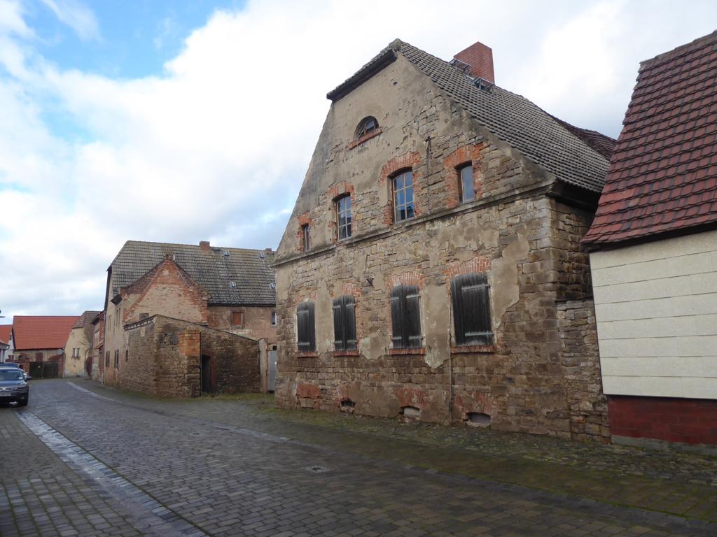 Ehemaliger Dreiseitenhof mit zwei Altbauten, Stall-/Scheunentrakt sowie Taubenturm in zentraler Lage von Drohndorf