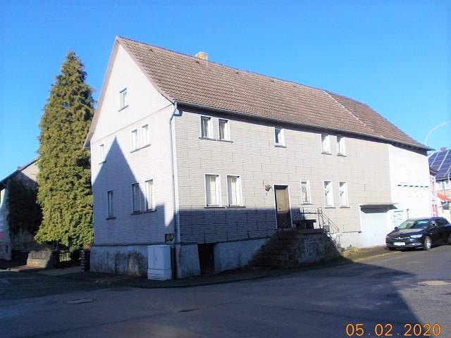 Leerstehender Altbau mit integrierter Garage und angebautem Wirtschaftsgebäude in Hessen