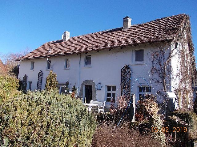 Leerstehendes Einfamilienhaus mit Garage und Gartenfläche nahe der Rhön