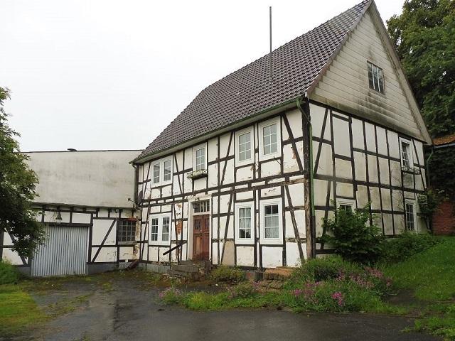 Denkmalgeschütztes leerstehendes Fachwerkhaus mit angebauter Garage