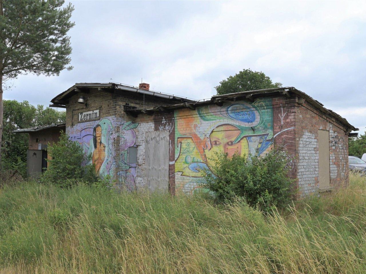 Ehemaliges stark sanierungsbedürftiges teils ruinöses Bahnhofsgebäude