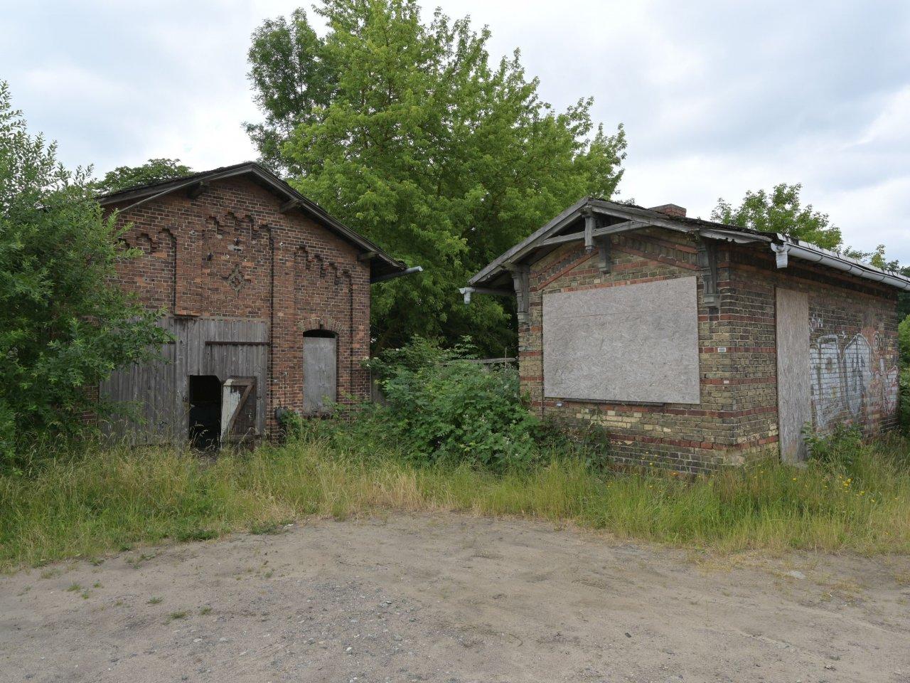 2 leerstehende ehemalige Werkstattgebäude in Ortsrandlage